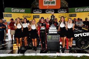 1. Erik Jones, Joe Gibbs Racing, mit den Monster-Girls