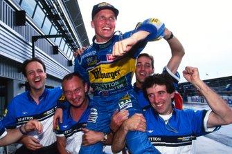 Johnny Herbert, Benetton Renault celebrate with the team