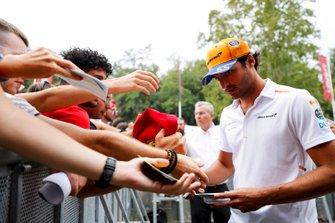 Carlos Sainz Jr., McLaren signs an autograph for a fan