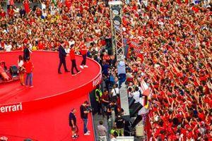 Charles Leclerc, Ferrari y Sebastian Vettel, Ferrari saludan al público desde el escenario