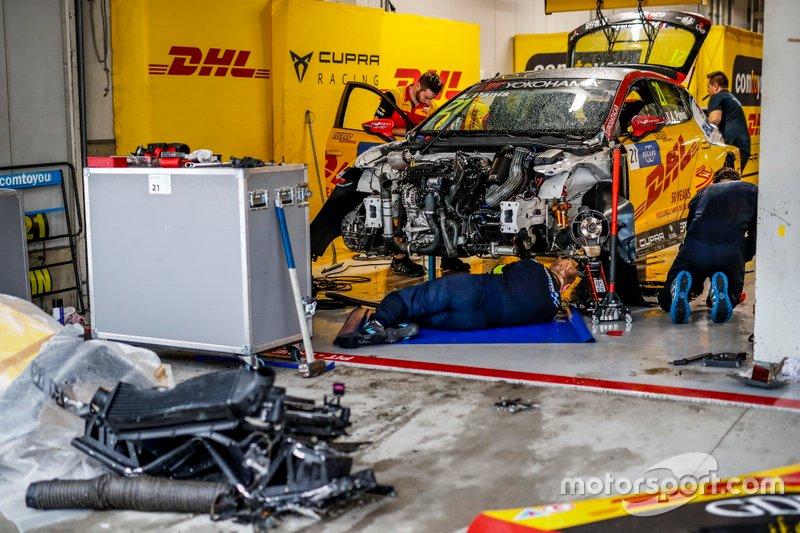 Механики Comtoyou Team DHL CUPRA Racing работают с разбитым автомобилем CUPRA León TCR Орельена Паниса