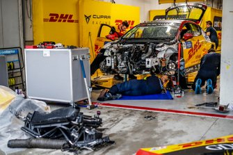 Mechanics working on the car Aurélien Panis, Comtoyou DHL Team CUPRA Racing CUPRA TCR after the crash