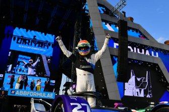 Alexander Sims, BMW I Andretti Motorsports, festeggia nel parco chiuso