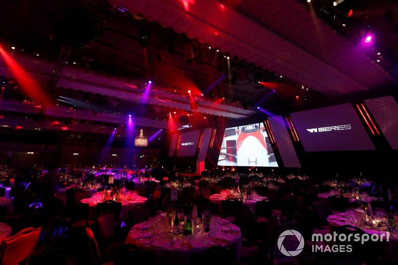 El escenario principal con logotipos de los patrocinadores de la Serie W en la pantalla