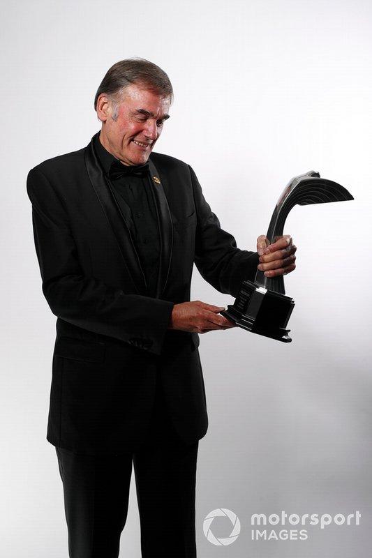 Dick Bennetts con su premio Gregor Grant