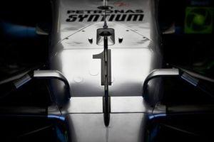 De neus van de wagen van Lewis Hamilton, Mercedes AMG F1, met nummer 1 voor VT1.