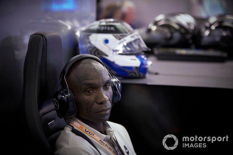 El atleta keniano Eliud Kipchoge en el garaje de Mercedes