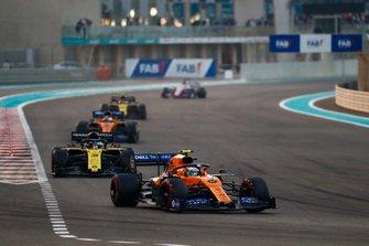 Lando Norris, McLaren MCL34, devantDaniel Ricciardo, Renault F1 Team R.S.19