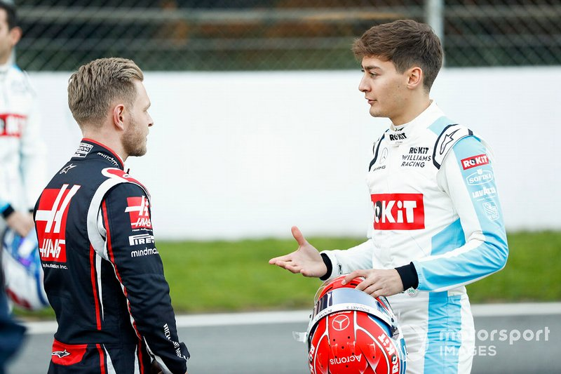 Kevin Magnussen, Haas F1 talks to George Russell, Williams Racing