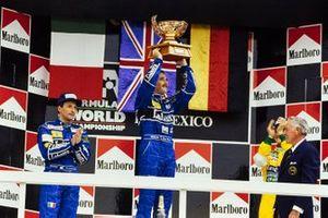 Podio: il vincitore della gara Nigel Mansell, Williams, secondo classificato Riccardo Patrese, Williams, terzo classificato Michael Schumacher, Benetton, al GP del Messico del 1992