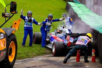 Marshal usano l'estintore sull'auto di Daniil Kvyat, Toro Rosso STR14 dopo l'incidente