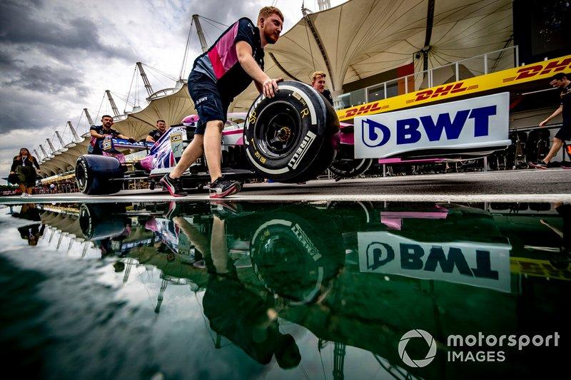 Los mecánicos de Racing Point empujan el coche de Sergio Pérez, Racing Point RP19 por el pit lane