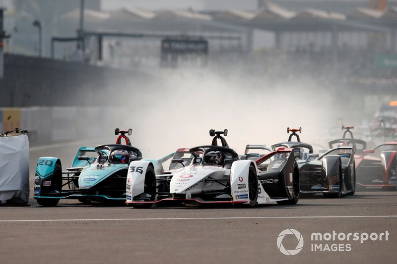 Mitch Evans, Jaguar Racing, Jaguar I-Type 4 battles with Andre Lotterer, Porsche, Porsche 99x Electric at the start