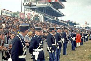La policía francesa en la salida de Le Mans
