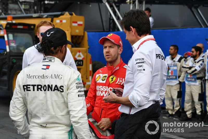 Toto Wolff, Executive Director (Business), Mercedes AMG, con Sebastian Vettel, Ferrari, secondo classificato, e Lewis Hamilton, Mercedes AMG F1, primo classificato, dopo la gara
