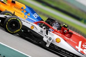 Carlos Sainz Jr., McLaren MCL34, leads Antonio Giovinazzi, Alfa Romeo Racing C38