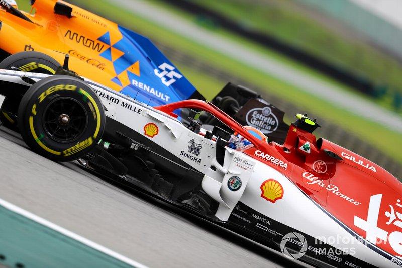 Carlos Sainz Jr., McLaren MCL34, precede Antonio Giovinazzi, Alfa Romeo Racing C38