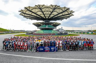 Group picture of WTCR drivers and EWC riders