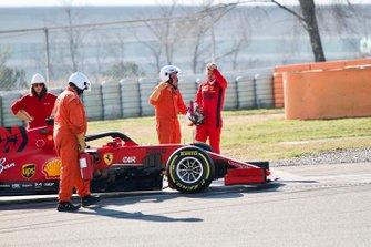 Sebastian Vettel, Ferrari SF1000, se detiene en pista con avería