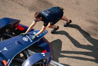 Un meccanico spinge la monoposto di Robin Frijns, Envision Virgin Racing, Audi e-tron FE06 nel garage