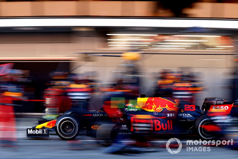 Alex Albon, Red Bull Racing RB16 durante un pit stop