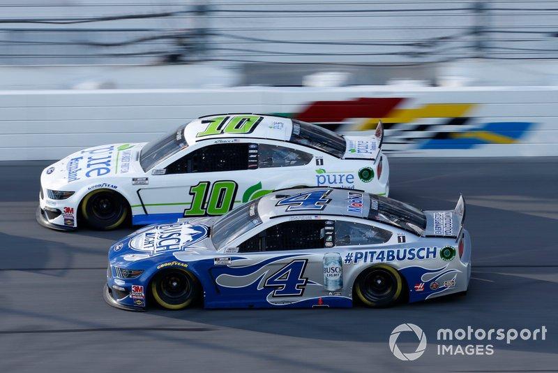 Кевин Харвик, Ford Mustang Busch Light #PIT4BUSCH, и Арик Альмирола, Stewart-Haas Racing, Ford Mustang Pure Farmland