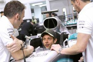 Valentino Rossi moule son baquet dans la Mercedes