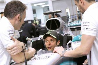 Valentino Rossi prepara il sedile della Mercedes
