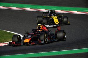 Alex Albon, Red Bull RB15, leads Daniel Ricciardo, Renault F1 Team R.S.19
