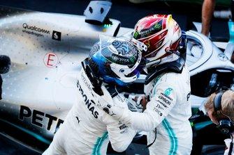 Valtteri Bottas, Mercedes AMG F1, primo classificato, festeggia al Parc Ferme con il suo compagno di squadra Lewis Hamilton, Mercedes AMG F1, terzo classificato