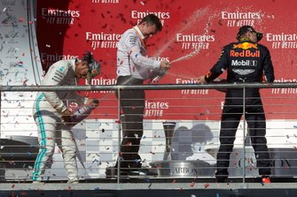 James Allison, directeur technique Mercedes AMG, asperge de champagne Lewis Hamilton, Mercedes AMG F1 et Max Verstappen, Red Bull Racing