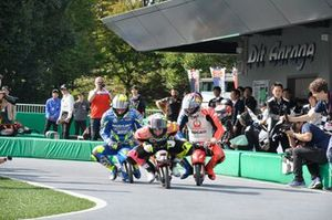 Acción en la carrera de minibikes de MotoGP antes de Motegi