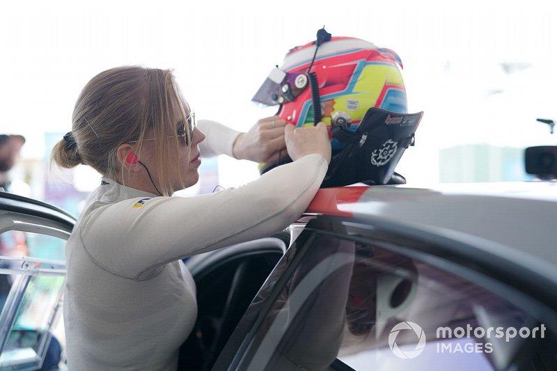 Alice Powell, Jaguar Ran Racing eTROPHY Team Germany in the garage