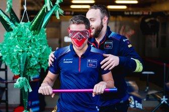 Robin Frijns, Virgin Racing es girado en el acto por un miembro del equipo