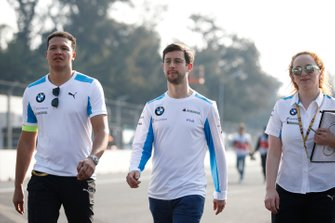 Alexander Sims, BMW I Andretti Motorsports walks the track with members of his team