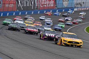 Renn-Action in Fontana: Clint Bowyer, Stewart-Haas Racing, Ford Mustang Rush / Haas CNC, führt