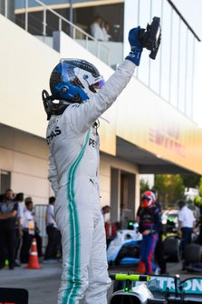 Valtteri Bottas, Mercedes AMG F1, 1ª posición, celebra en el Parc Ferme