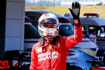 Le poleman Sebastian Vettel, Ferrari, dans le Parc Fermé