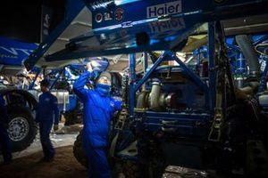Un mécanicien Team KAMAZ-Master travaille après l'étape