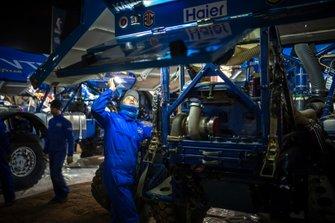 El equipo KAMAZ-Master trabajan después de la etapa