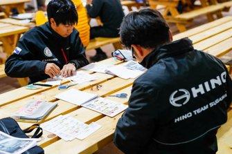 Miembros del equipo Hino, trabajando en el Roadbook