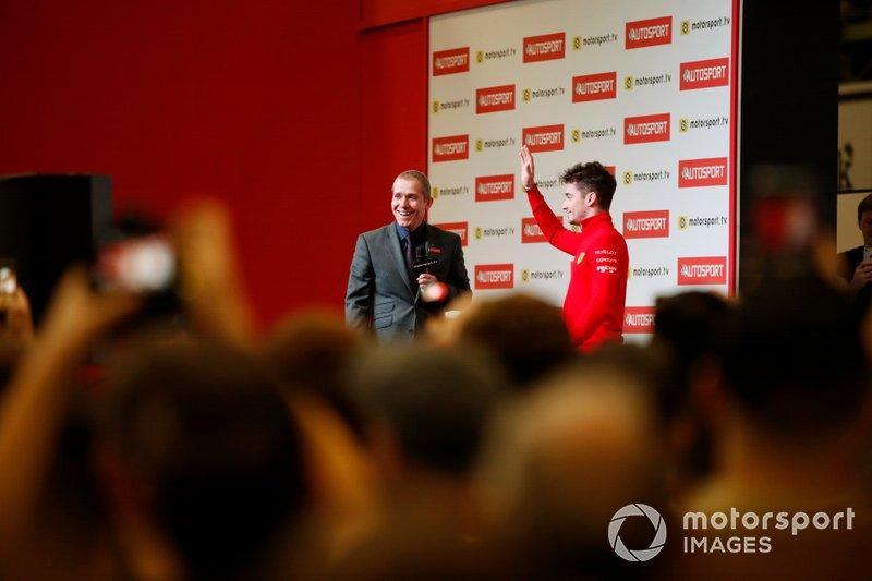 Presenter Stuart Codling e Charles Leclerc, Ferrari, sul palco di Autosport