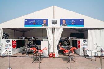 Garages d'Andre Lotterer, Porsche, Porsche 99x Electric, et Neel Jani, Porsche, Porsche 99x Electric