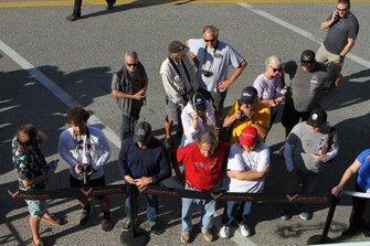 Fan guardanola nuova Corvette race cars nel garage