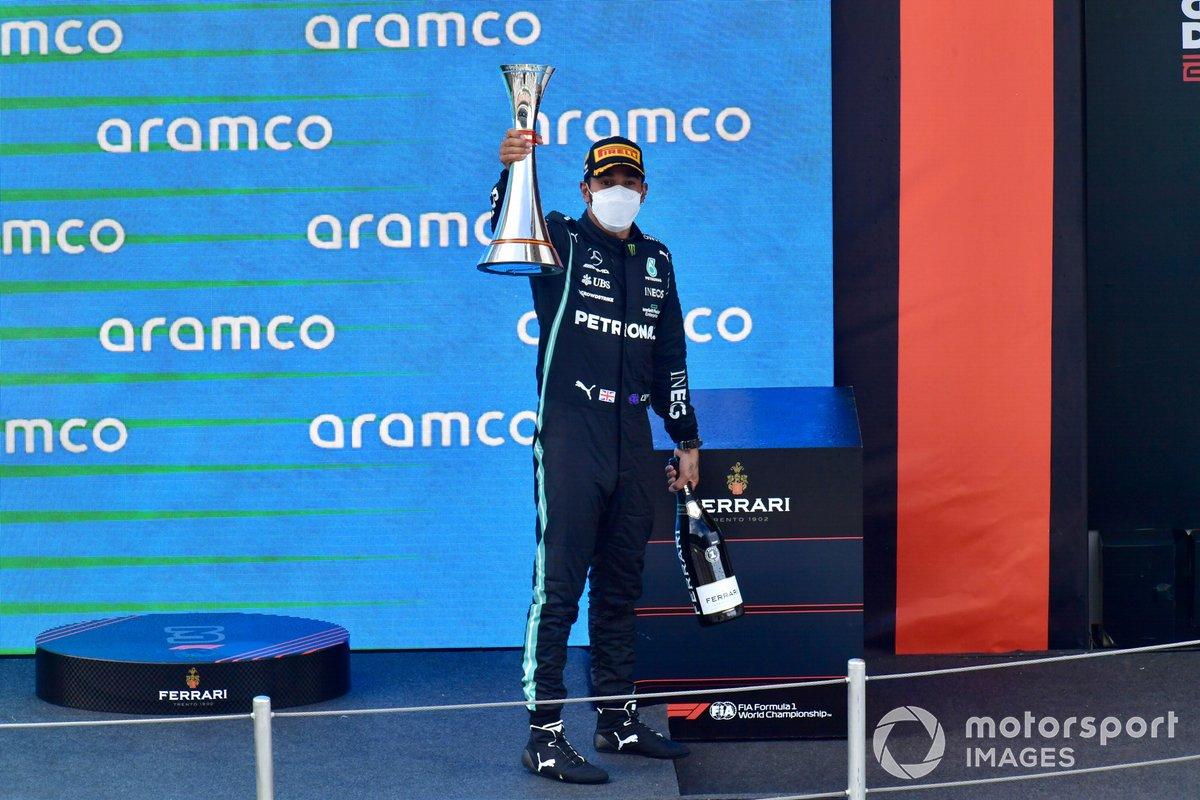 Lewis Hamilton, Mercedes, primera posición, levanta su trofeo