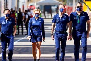 Miembros del equipo Williams en el paddock