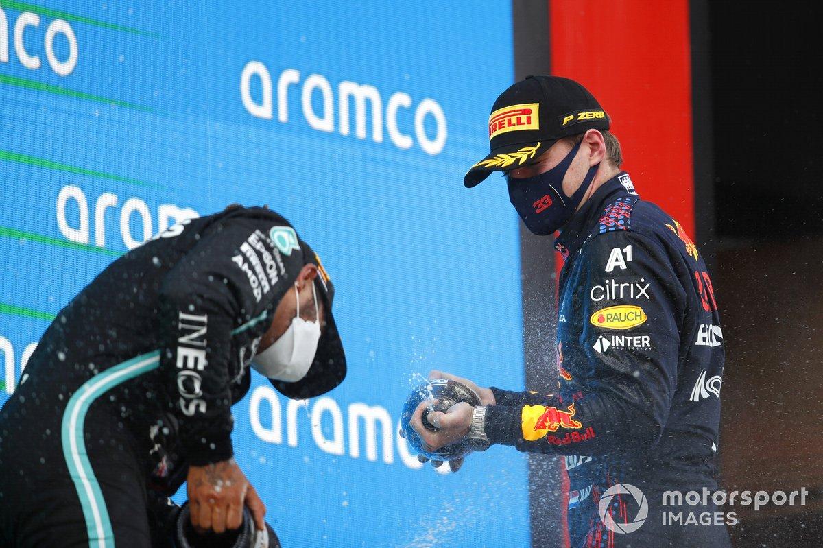 Max Verstappen, Red Bull Racing, 2a posizione, spruzza Lewis Hamilton, Mercedes, 1a posizione, con Champagne