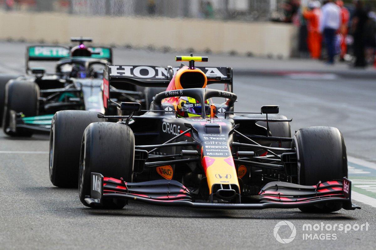 Sergio Pérez, Red Bull Racing RB16B, Lewis Hamilton, Mercedes W12