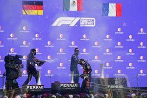 Podio: segundo lugar Sebastian Vettel, Aston Martin, ganador de la carrera Sergio Pérez, Red Bull Racing