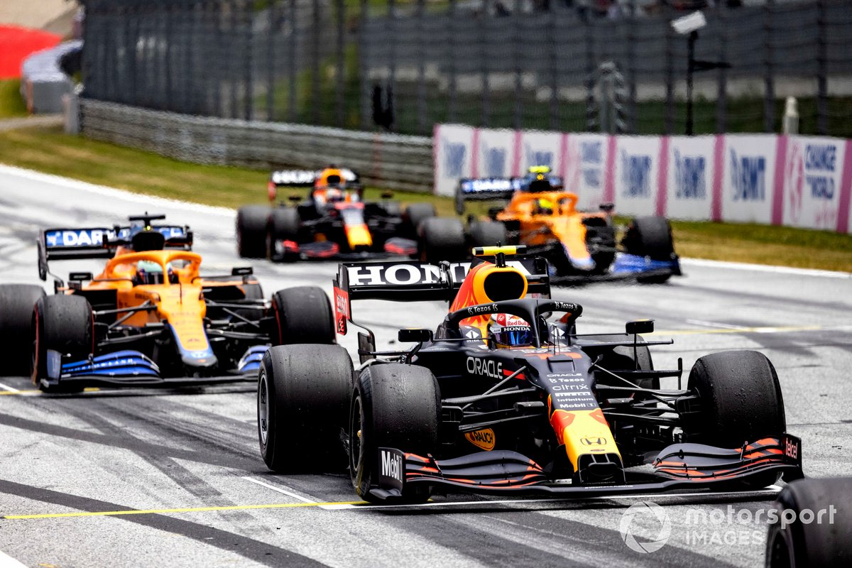 Sergio Pérez, Red Bull Racing RB16B, Daniel Ricciardo, McLaren MCL35M, Lando Norris, McLaren MCL35M